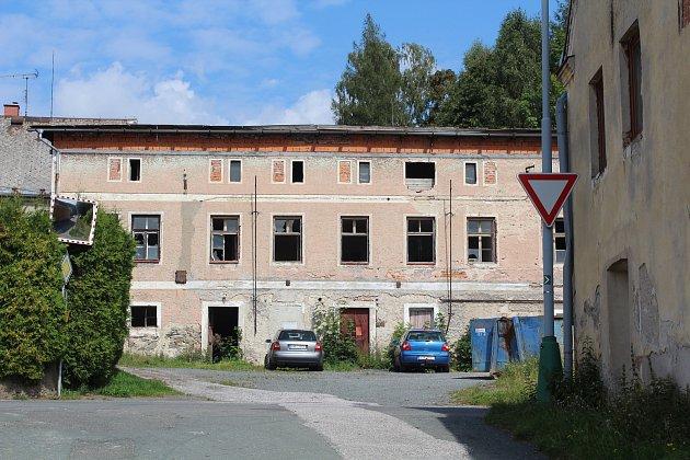 Hospodářská budova bývalého pivovaru dál chátrá.