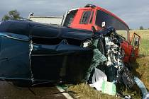 """Z dosud nezjištěných příčin vyjel řidič """"Tatrovky"""" v pravotočivé zatáčce do protisměru. Tam se čelně střetl s osobním vozidlem."""