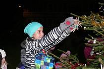 AKCE Česko zpívá koledy je v Opočně spojena se zdobením vánočního stromku. A je vidět, že tradice dělá radost malým i velkým.