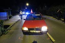 Policisté honili osmnáctiletého řidiče peugeotu.