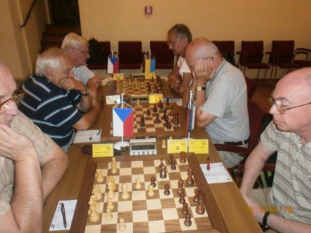 TECHNIKA SELHALA  a světla zhasla. To byl nejdramatičtější okamžik sobotního zahajovacího dne Mezinárodního rychnovského šachového festivalu. Šachisté se proto museli přesunout pod širé nebe, dohrávali se totiž ještě tři partie. Déšť naštěstí nepřišel.