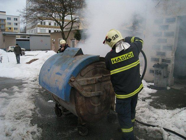 Rychnovští profesionálové hasili kontejner v ulici Jiřího Šlitra.