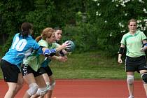 POSTUP. Dobrušské házenkářky (na snímku s míčem Andrea Henclová) vyřadily v prvním kole play off Krčín.