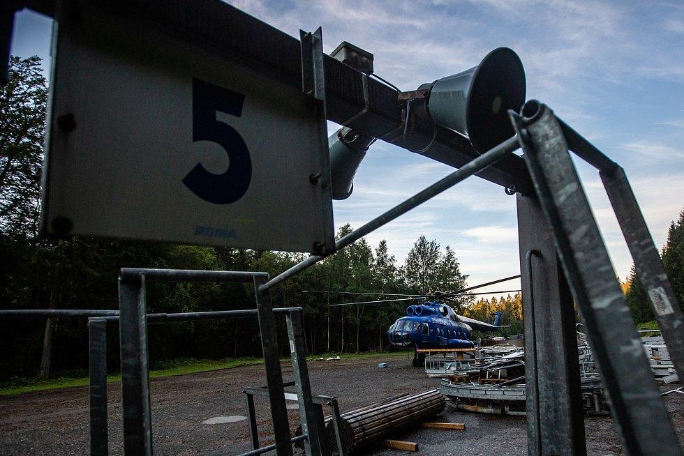 V Říčkách v Orlických horách vrtulník montoval novou sedačkovou lanovku. Je to jediná šestisedačka v Orlických horách