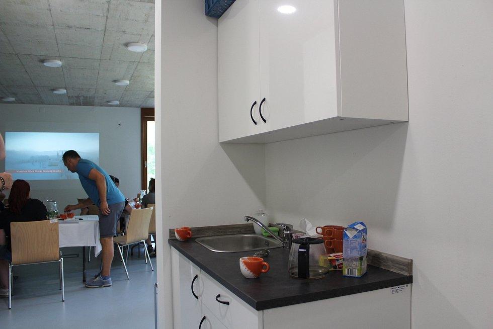 Jeden z kuchyňských koutů v dolní části informačního centra, do které je bezbariérový přístup.