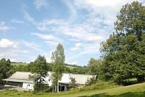 NA FOTOGRAFII VLEVO je vidět rokytnickou Farmu Pod lipou