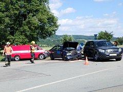 Dopravní nehoda dvou osobních automobilů na křižovatce před obcí Záměl.