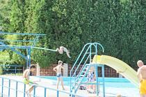 CO MAJÍ SPOLEČNÉHO KOUPALIŠTĚ VE VAMBERKU A KOSTELCI nad Orlicí? Hlavně polohu v příjemném prostředí daleko od každodenního ruchu. Obě koupaliště svým charakterem vyhovují hlavně kondičním plavcům.
