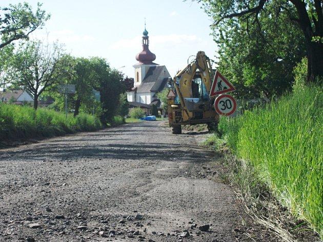 Právě opravují silnici v obci Křivice.