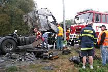 Trosky vyhořelé nákladního tahače cisterny s popílkem, ale s plnými nádržemi nafty,  likvidovali tři hasičské sbory. K nehodě, která je v šetření, došlo v blízkosti železničního přejezdu v Častolovicích na frekventované komunikaci I/11.