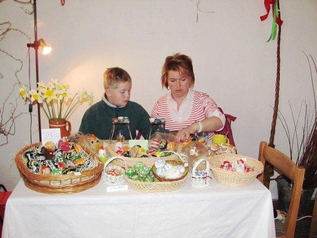 Kraslice vyráběla na zámělské výstavě celá rodina.