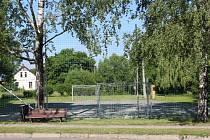 Na místě  starého hřiště by mělo vyrůst nové víceúčelové sportoviště se zázemím. Vše záleží na výsledku dědického řízení.