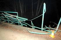 Na most se úplně netrefil. Strhnul část zábradlí a ujel.