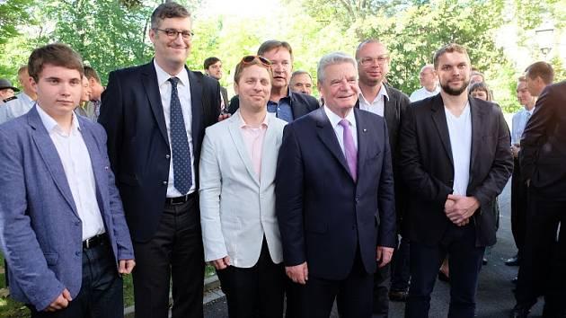 V KOSTNICI PROBĚHLO slavnostní odhalení artefaktu věnovaného památce Jana Husa 28. června.