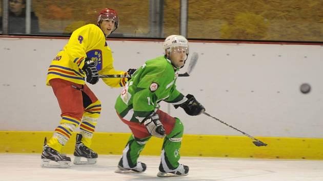 SEDM GÓLŮ vstřelili hokejisté Opočna (ve světlém) v okresním derby na rychnovském zimním stadionu do sítě Čestic.