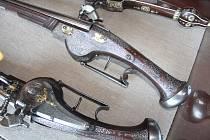 Na zámek lákají pistole z depozitáře.
