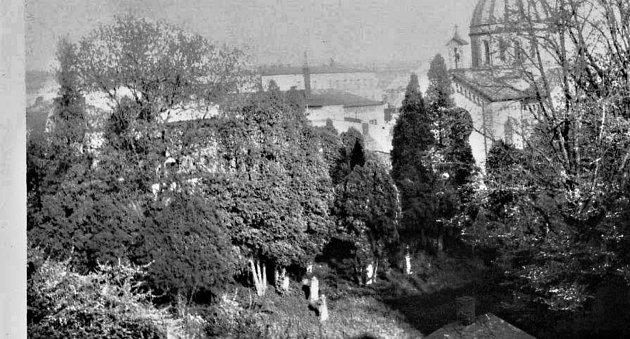 ZAROSTLÁ ZAHRADA vRychnově nad Kněžnou, kam si dříve chodívaly děti hrát. Tyto místa byla stvořena pro dětské hry a dobrodružství.