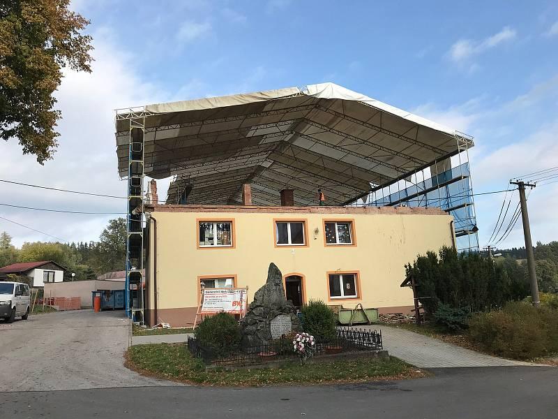 Škola v Dobřanech je v rekonstrukci, přibude na ní jedno patro.