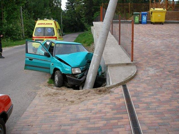 Vůz narazil do sloupu elektrického vedení