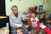 Miloň Čepelka čte opočenským dětem.