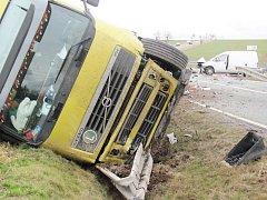 Při nehodě na silnici II. třídy č. 321 mezi Častolovicemi a Solnicí došlo na křižovatce u Třebešova ke střetu kamionu s dodávkou.