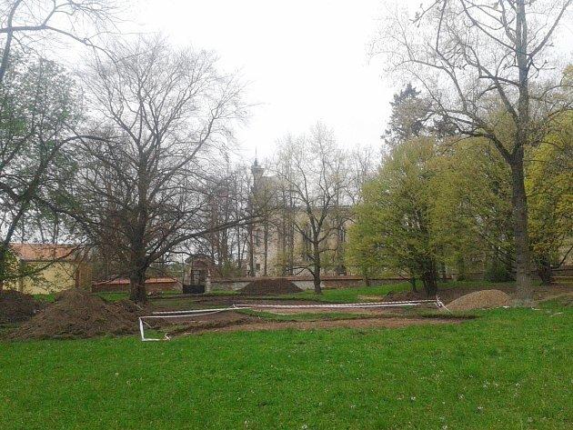V zámeckém parku začíná vznikat hřiště.