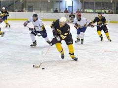 STARTUJEME. Dnes hráči odkrojí první z celkové stovky zápasů letošního ročníku Rychnovské hokejové ligy.