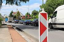 V Doudlebách nad Orlicí musí už nyní řidiči počítat s kyvadlovým provozem a kolonami. Foto: Deník/Jana Kotalová