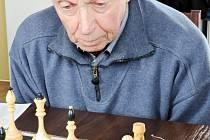 Veterán Jaroslav Zikmund (82 let) v utkání Gordic - Panda.