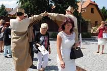 Na zahájení turistické sezony prošla starostka Opočna šárka Škrabalová Bašteckou bránou.