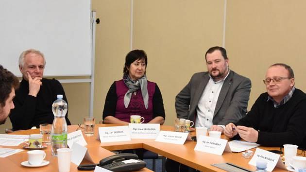 Starostové, zástupci státních institucí, zaměstnavatelé a personální agentury jednali s krajským radním Václavem Řehořem o rozvoji průmyslové zóny.