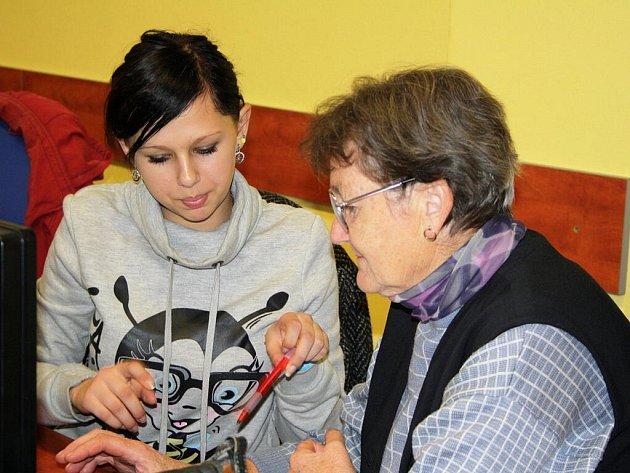 Každou středu se v opočenské základní škole vyučuje na počítačích. Mnozí žáci překročili sedmdesátku a jejich vyučujícím je sotva patnáct