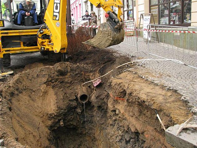 Zborcená část kanalizace omezí dopravu