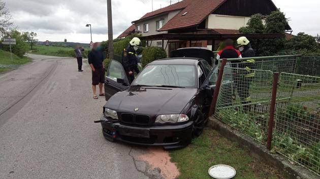 Řidič narazil do plotu, auto skončilo na odtah.