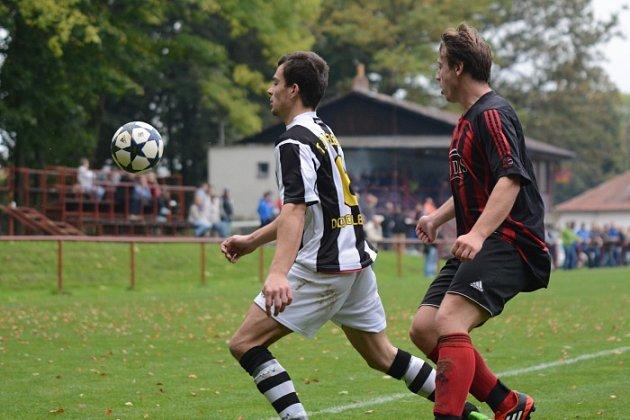 JEDINÝ GÓL padl v okresním derby v Černíkovicích. Domácí fotbalisté sice dohrávali utkání s Doudlebami nad Orlicí bez dvou vyloučených hráčů, ale těsné vedení uhájili.