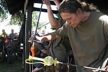 Sklářské píšťaly na 18. ročníku tavby skla dřevem v rukou mistrů sklářů.
