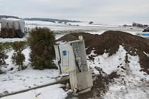 Řidič při projíždění zatáčky vyjel ze silnice a narazil do elektrického rozvaděče rodinného domu v Houdkovicích. .