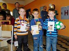 Trio nejlepších šachistů kategorie do 10 let na Velké ceně Hradec Králové: (zleva) zlatý Daniel Jan Krautschneider, druhý Josef Reschel a bronzový Václav Kroulík.