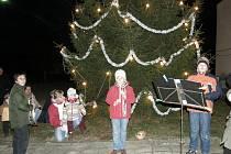 V obci Mokré je rozsvícení vánočního stromu doprovázeno koledami.
