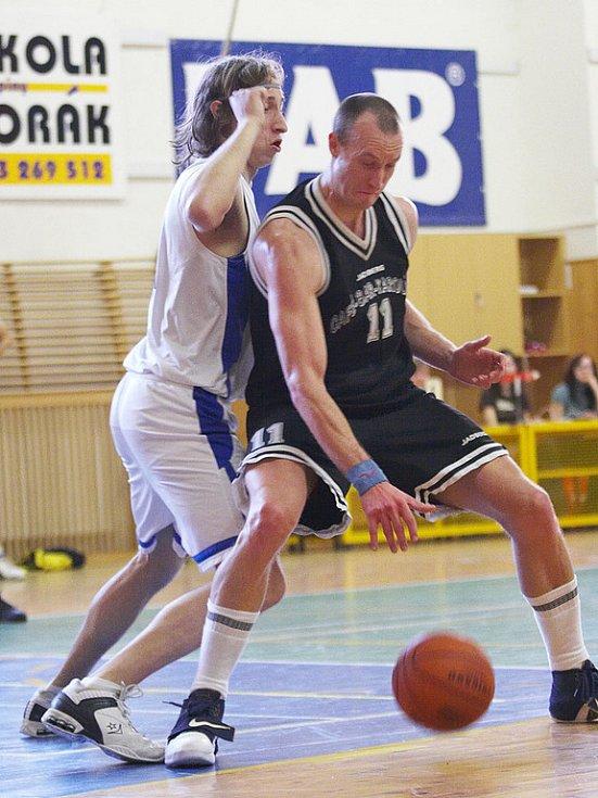 Basketbalové utkání druhé ligy: Spartak Rychnov vs Sokol Kbely (88:90).