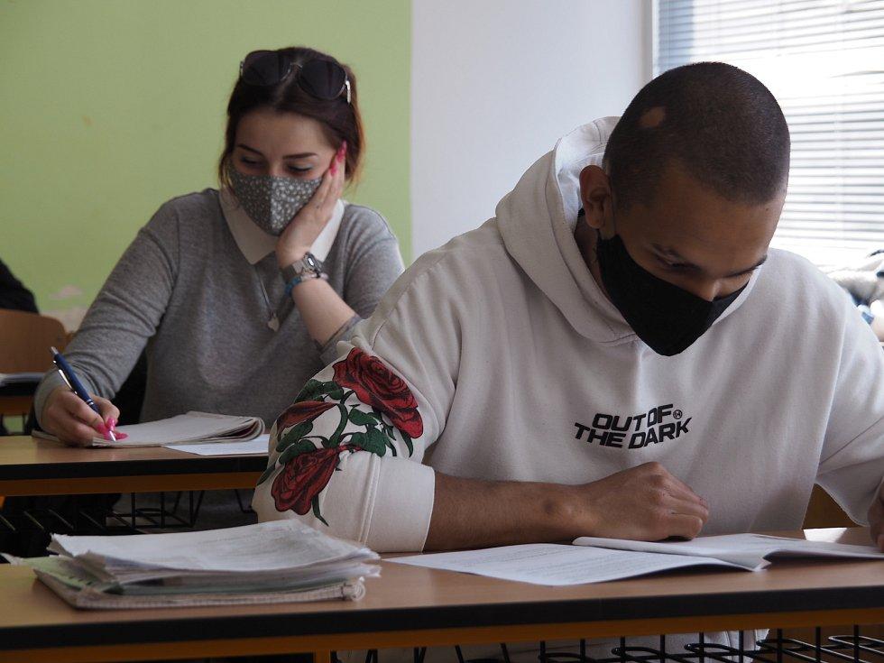 Do SŠ - PVC v Dobrušce se vrátili studenti.