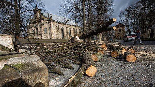 Rozbořený historický plot u rychnovského kostela