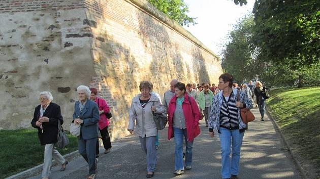 Členové kostelecké Pohody na procházce v areálu pražské památky.
