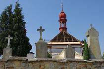 STŘECHA hřbitovního kostela sv. Ducha u Dobrušky má nový kabát. Vyměnily se poškozené šindele a natřela se.