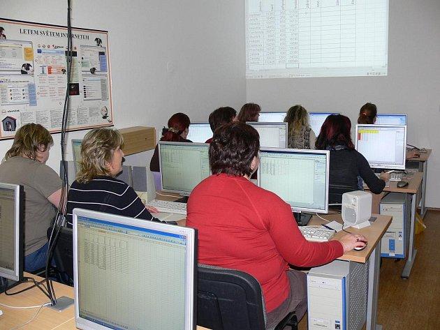 Lidé doplňují vědomosti v Excelu