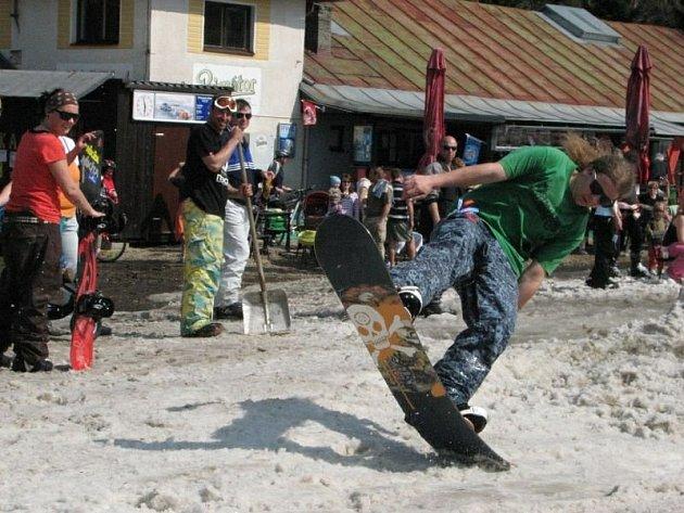 Skákáním přes improvizovaný rybníček se bavili lyžaři a snowboardsité, často i s pomlázkami, na Velikonoční pondělí při posledním lyžování zimní sezony v Deštném v Orlických horách.