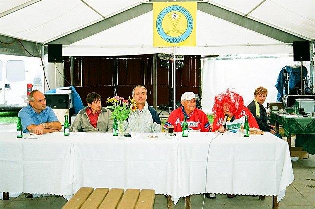 Současní hráči Semechnic se sešli svými  předchůdci a oslavili 70. let hokejové éry.