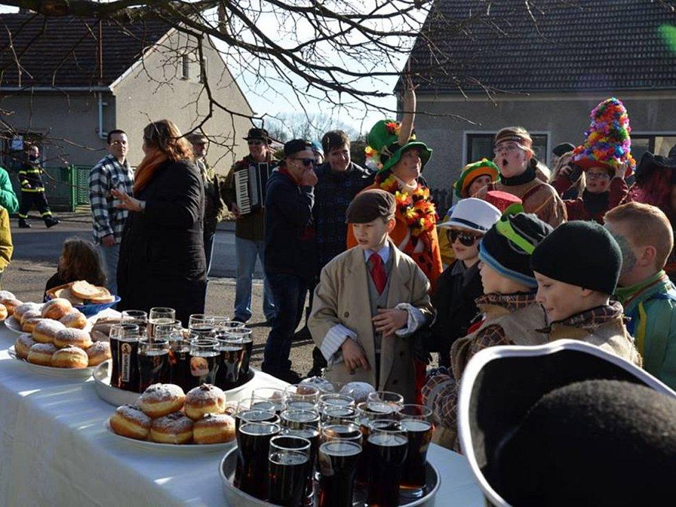 PRŮVOD MASEK PROUDIL v sobotu Albrechticemi. Masopust zde oslavili ve velkém.  Tančilo se, jedlo, nechyběla hudba ani dobrá zábava.
