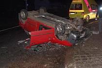 Při dopravní nehodě v Česticích skončil osobní vůz na střeše.