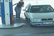 Na fotografii z kamere můžete vidět hledané osoby.